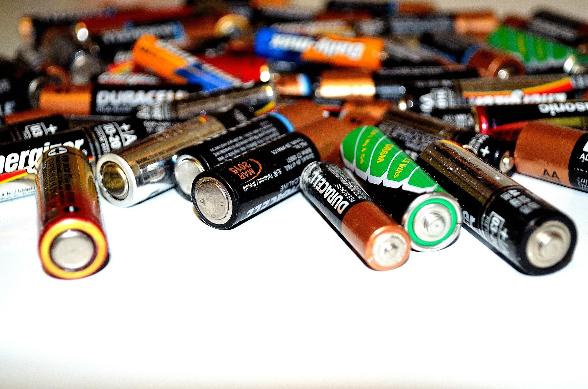 plein de piles symbolisant la collecte pour le recyclage